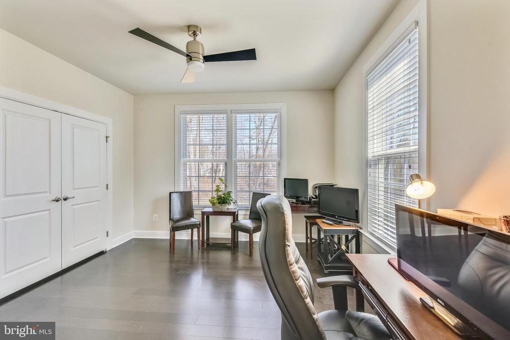 Main level bedroom for visiting in-laws or guests! - 41178 CHATHAM GREEN CIR, ALDIE
