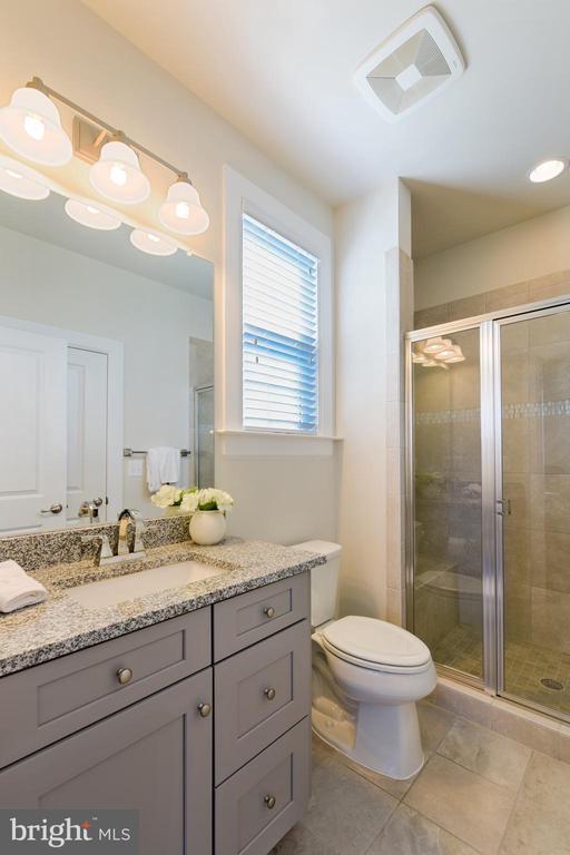 Main Level full bathroom - 41178 CHATHAM GREEN CIR, ALDIE
