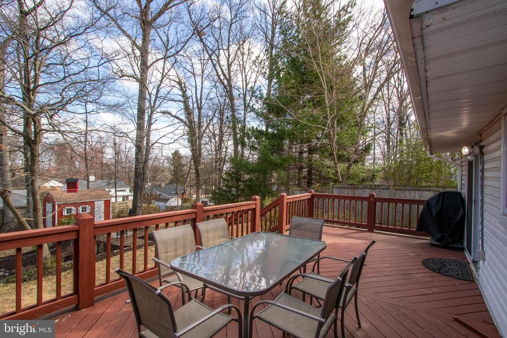 A fantastic deck for dining and entertaining - 10822 CHARLES DR, FAIRFAX