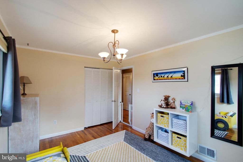 Room to play in this spacious bedroom - 10822 CHARLES DR, FAIRFAX