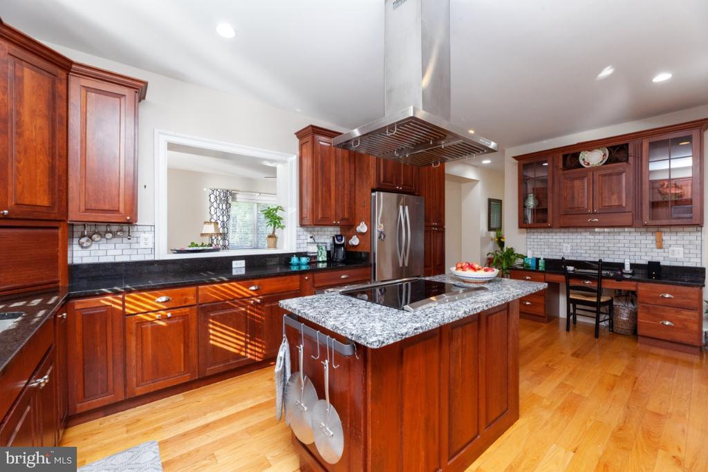 Gourmet kitchen - 3006 N TUCKAHOE ST, ARLINGTON