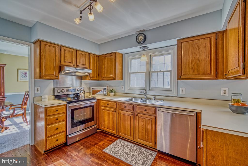 Updated fixtures, stainless steel dishwasher/stove - 12911 ASHTON OAKS DR, FAIRFAX