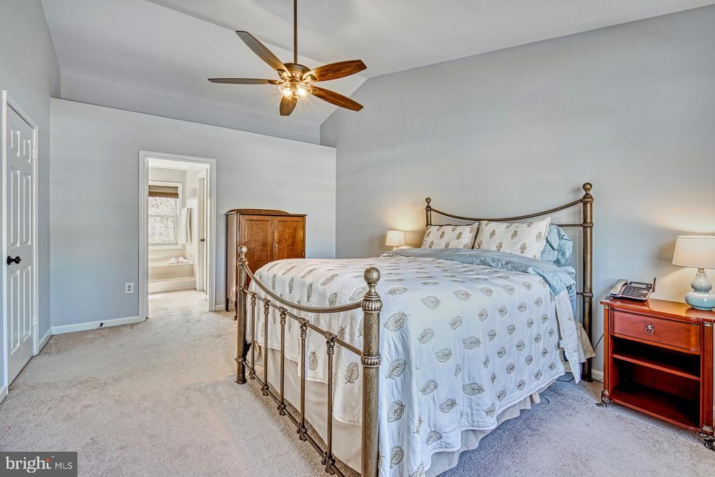 Large master suite with en-suite bath and walk in - 12911 ASHTON OAKS DR, FAIRFAX