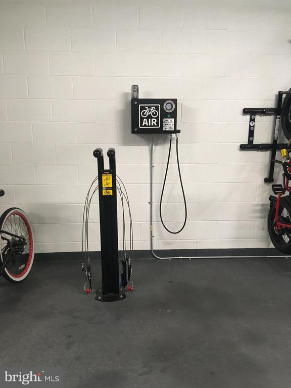 Bike pump with gauge - 920 I ST NW #811, WASHINGTON