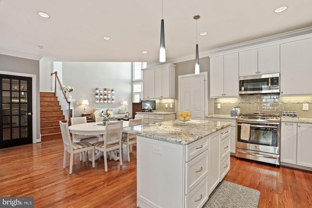 Large kitchen island & stainless steel appliances - 10104 FARR OAK PL, FAIRFAX