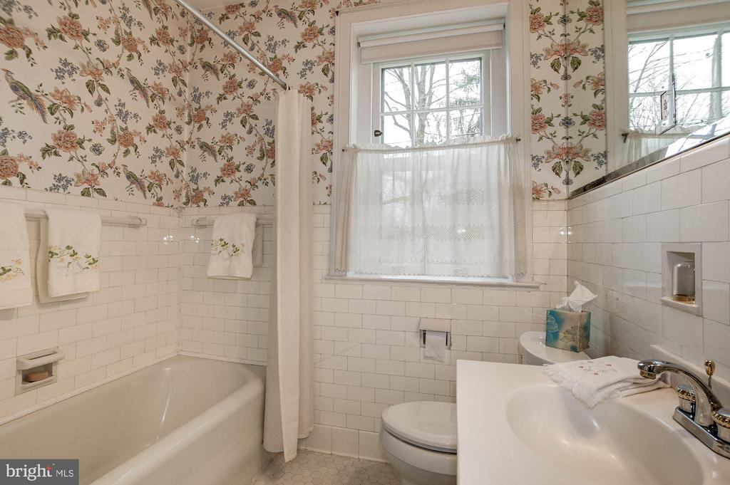 And Full Bath-- potential 1st floor Bedroom suite - 17 MAGNOLIA PKWY, CHEVY CHASE