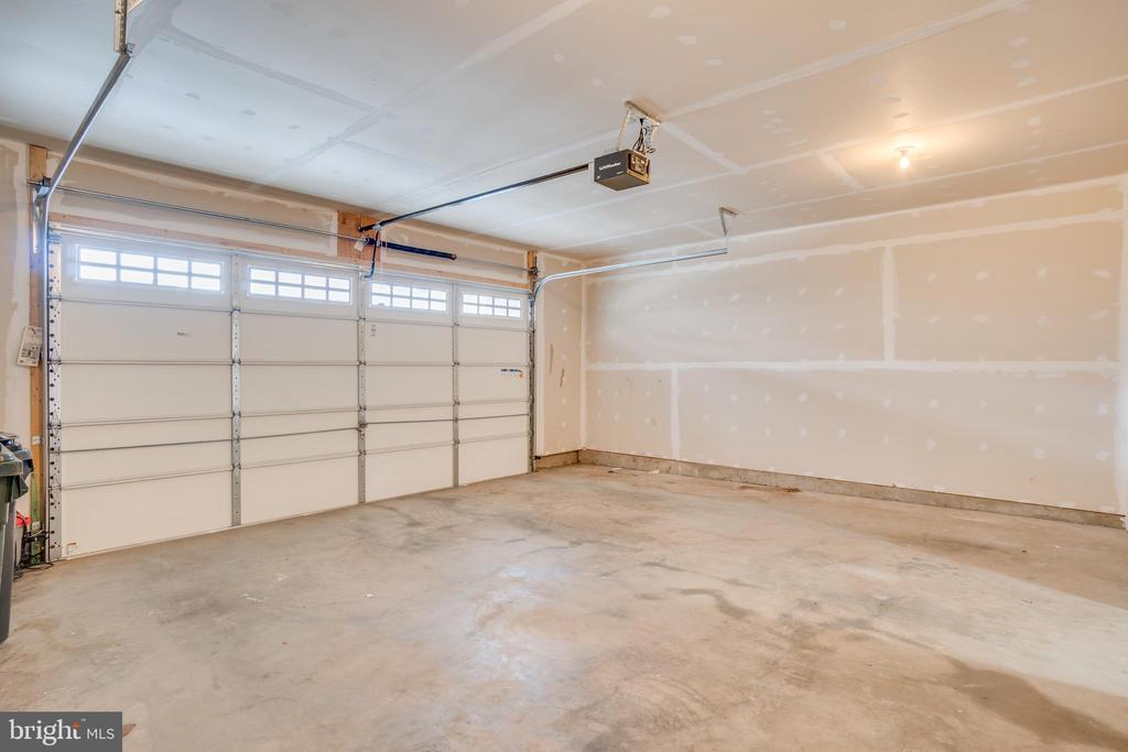 Huge two-car garage! - 46673 JOUBERT TER, STERLING