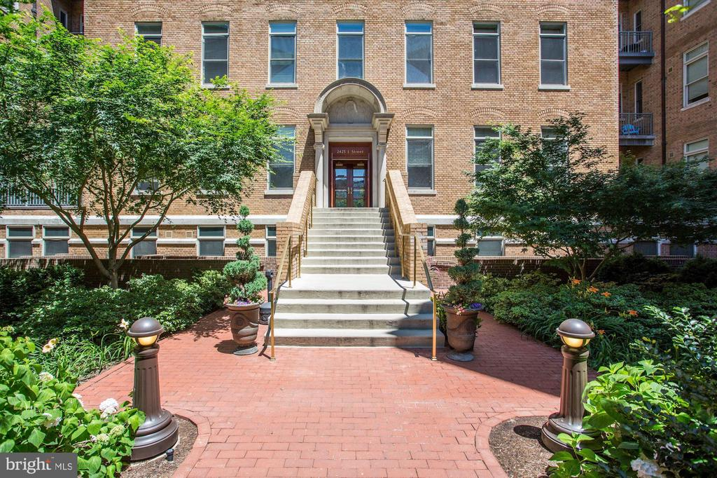 Blooming courtyard and manicured lawns - 2425 L ST NW #203, WASHINGTON