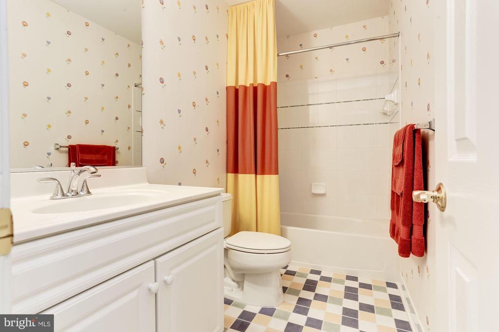 Upper floor bathroom - 14943 FINEGAN FARM DR, DARNESTOWN