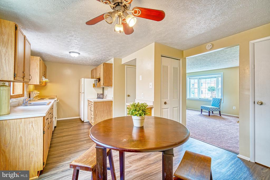 Sunny and bright eat-in kitchen - 8105 WILLOWDALE CT, SPRINGFIELD