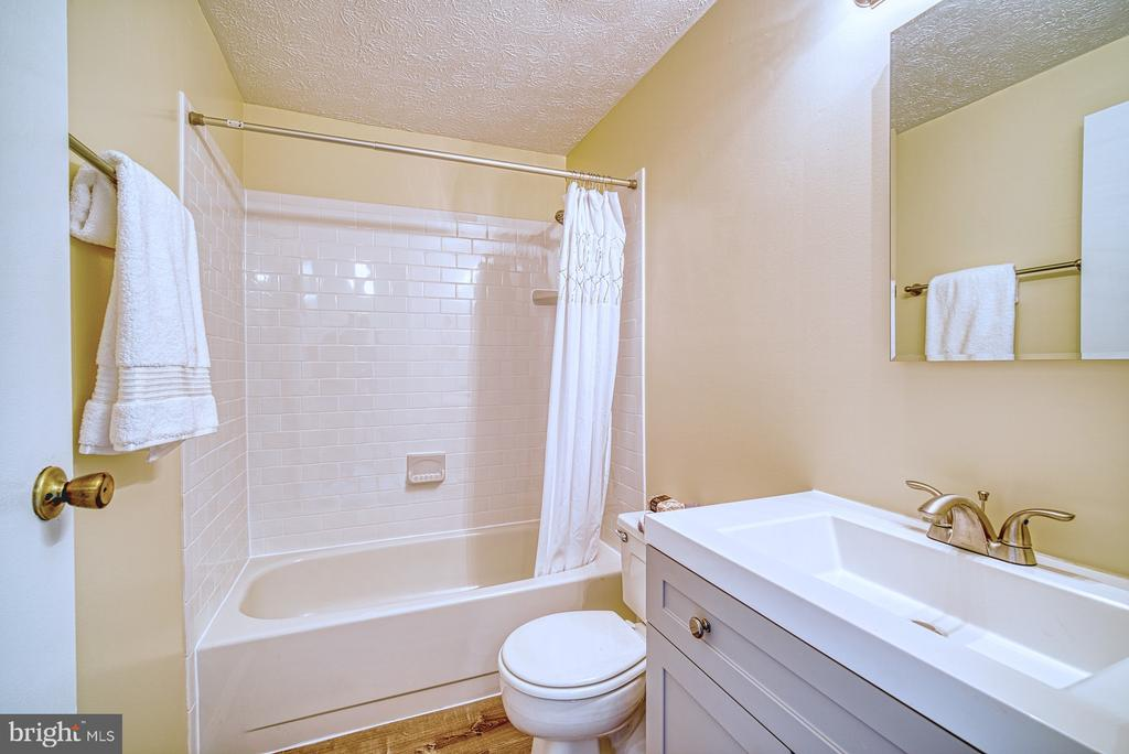 Newly renovated full bath - 8105 WILLOWDALE CT, SPRINGFIELD