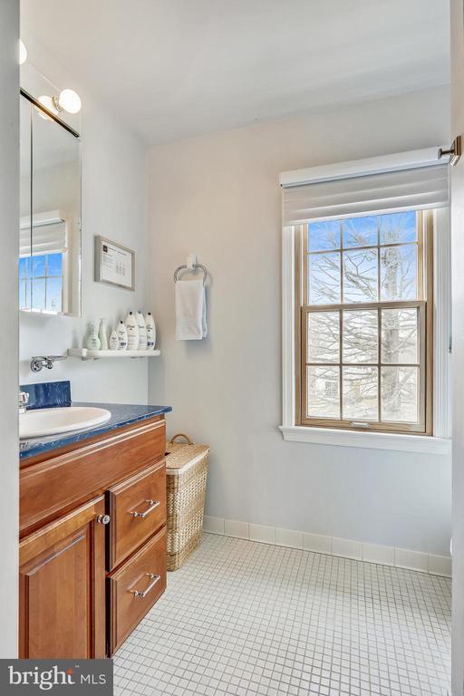 Upper hall bath - 7108 NEEDWOOD RD, DERWOOD