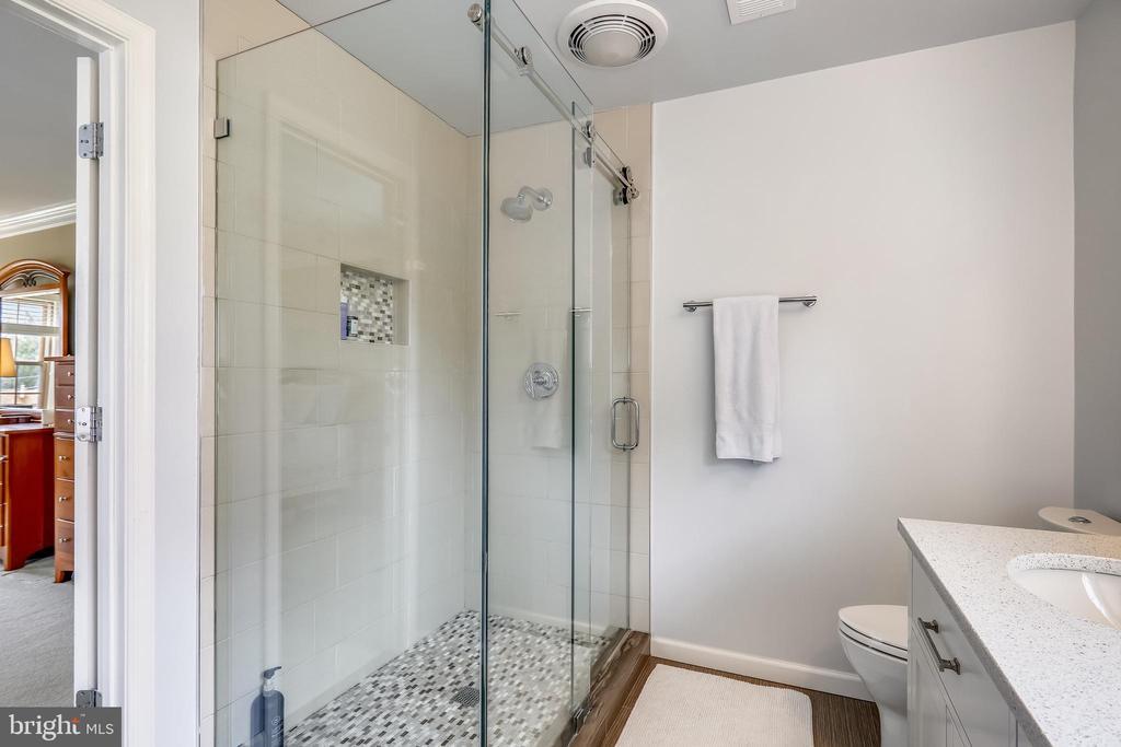 Master bath - 7108 NEEDWOOD RD, DERWOOD