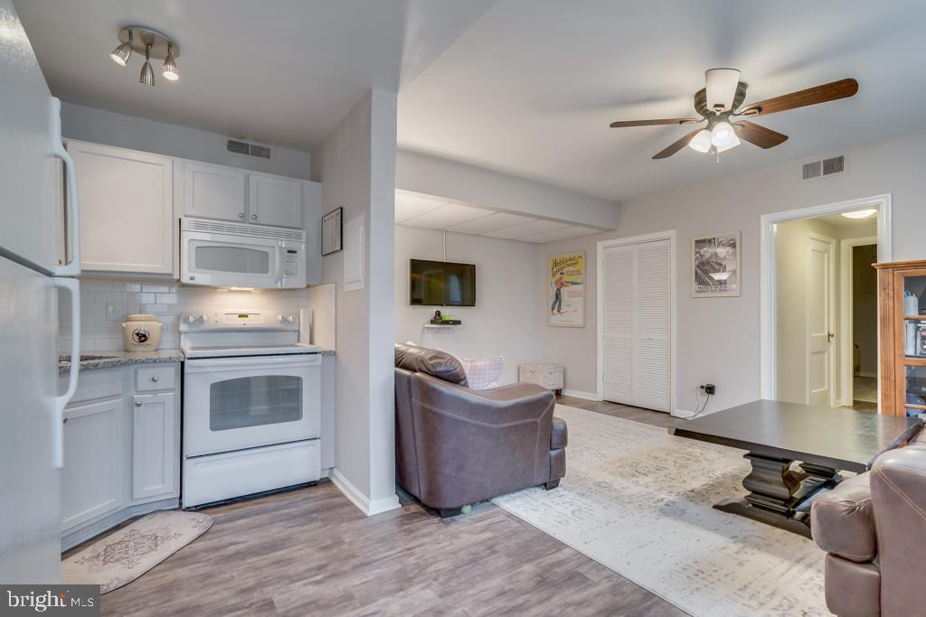 Kitchen Opens to Family Room - 1909 N RHODES ST #21, ARLINGTON