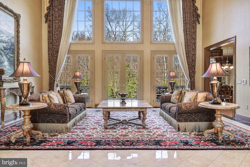 Great Rm & Soaring Windows Overlooking Veranda - 896 ALVERMAR RIDGE DR, MCLEAN