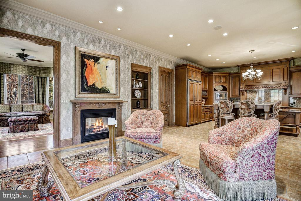 Family Rm & 2-Sided Gas Fireplace Adjacent to Kit - 896 ALVERMAR RIDGE DR, MCLEAN