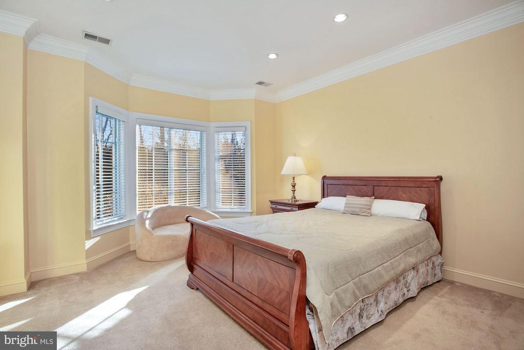 En-suite Bedroom 5 w/ Attached Private Bath - 896 ALVERMAR RIDGE DR, MCLEAN