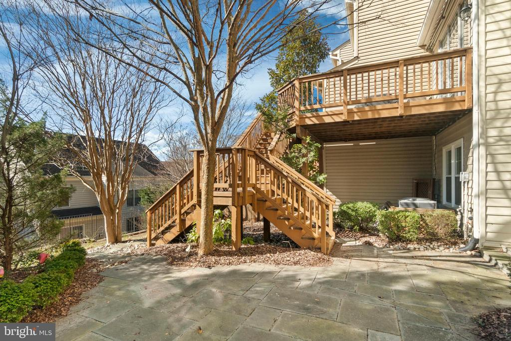 Split stairs from deck to flagstone patio - 6271 KINGFISHER LN, ALEXANDRIA