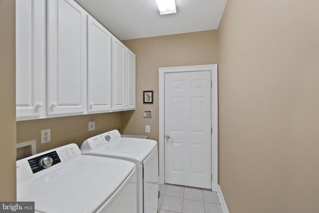Laundry room in on Main Level off garage - 6271 KINGFISHER LN, ALEXANDRIA