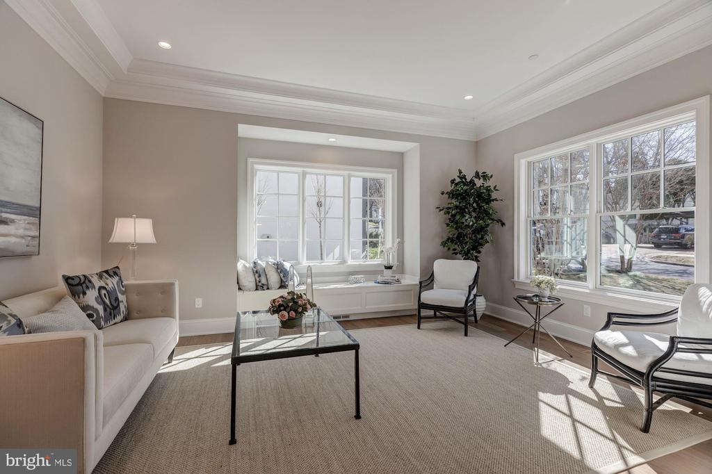 Living room with window seat - 4909 FALSTONE AVE, CHEVY CHASE