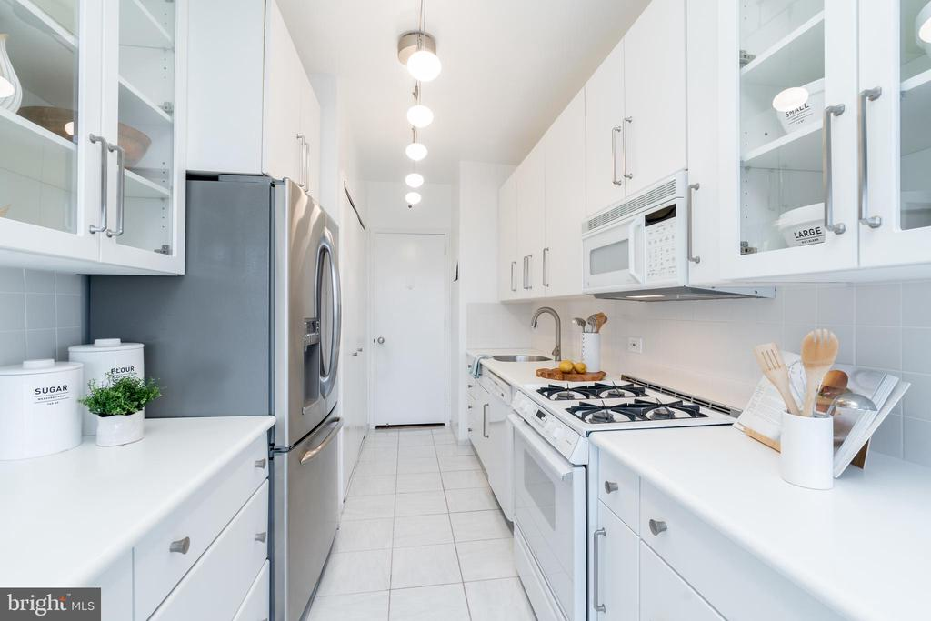 Bright and expansive kitchen - 2801 NEW MEXICO AVE NW #1122, WASHINGTON