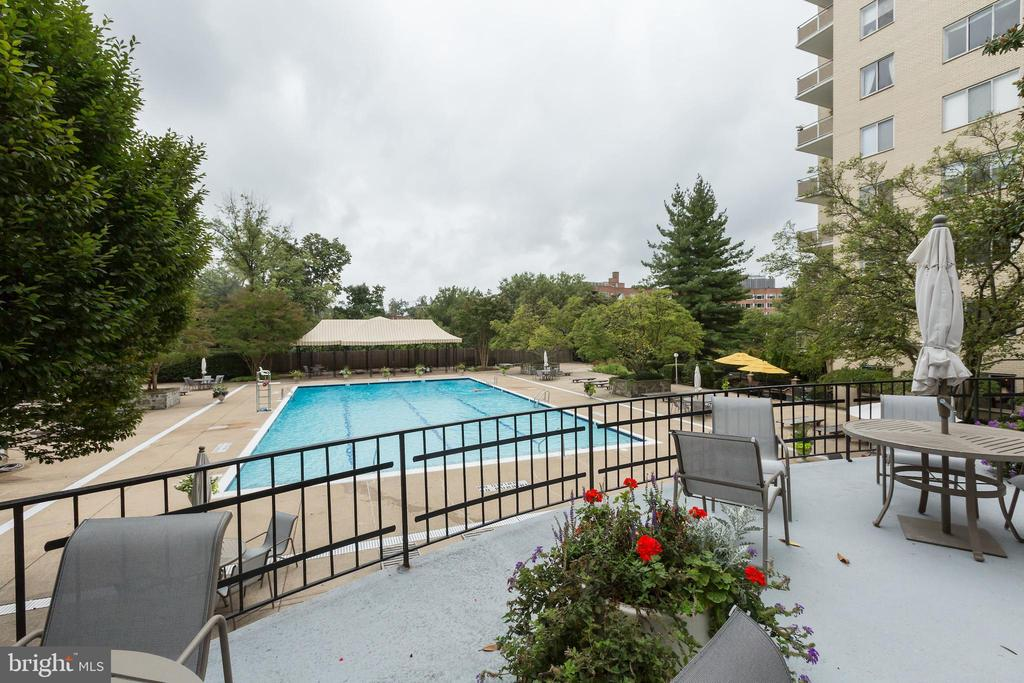 Plenty of outdoor pool deck space - 2801 NEW MEXICO AVE NW #1122, WASHINGTON