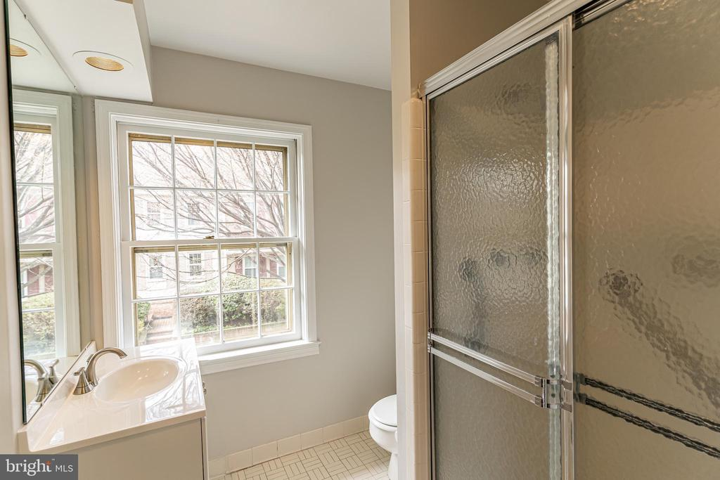 Upper Level Full Bathroom - 10927 WICKSHIRE WAY #K-3, ROCKVILLE