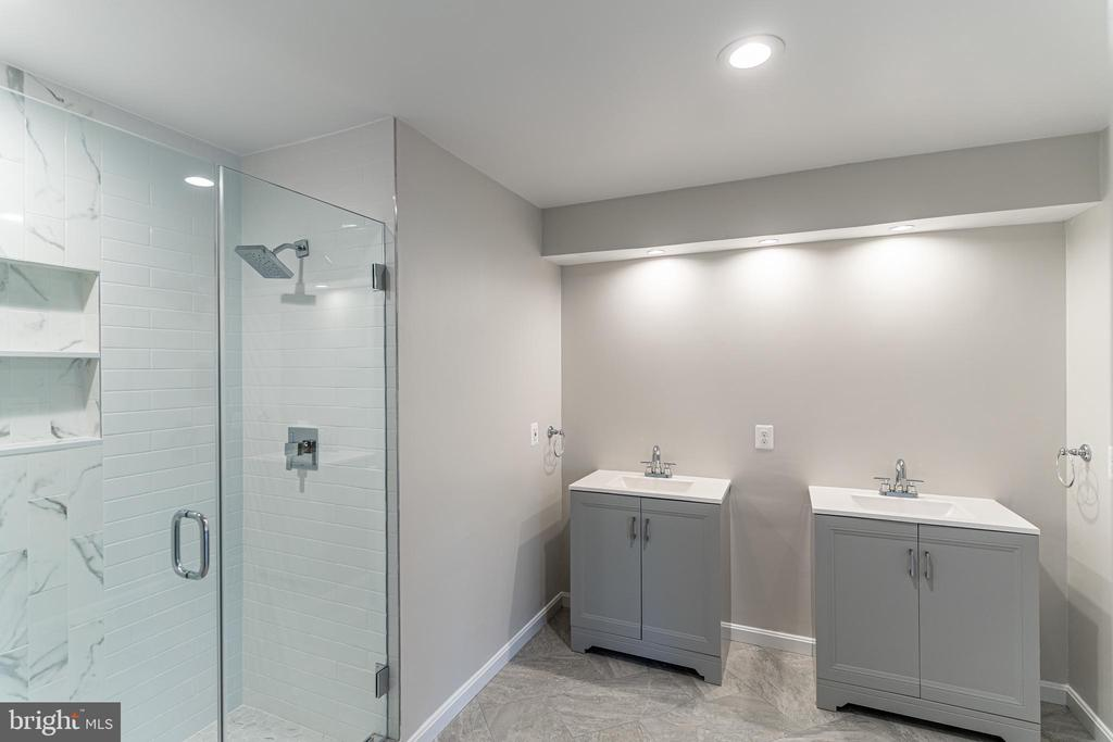 New Owner's Bathroom - mirrors to be installed - 10927 WICKSHIRE WAY #K-3, ROCKVILLE