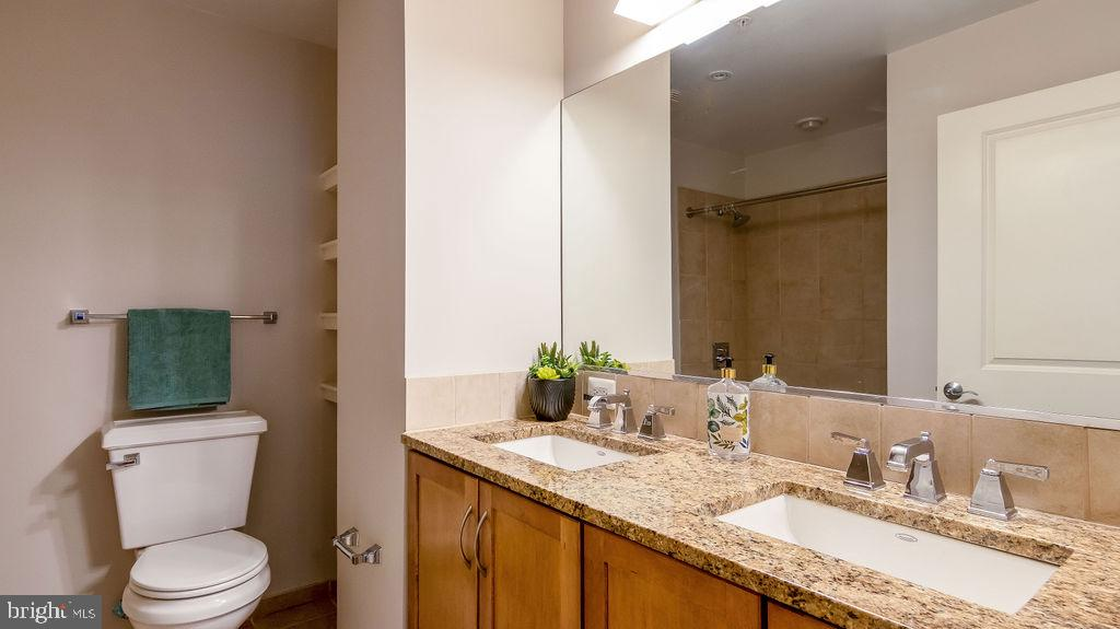 Master Bathroom with granite & double sink - 888 N QUINCY ST #1309, ARLINGTON