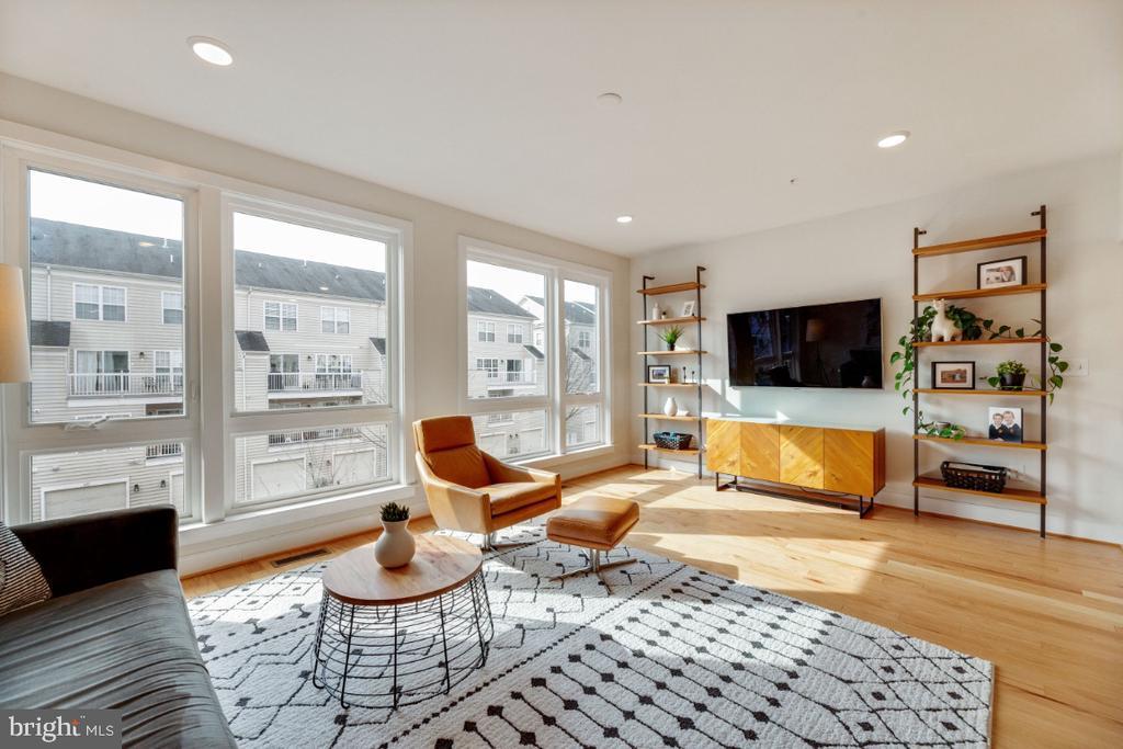 Floor to ceiling windows. Hello sunshine ! - 420 NOTTOWAY WALK, ALEXANDRIA