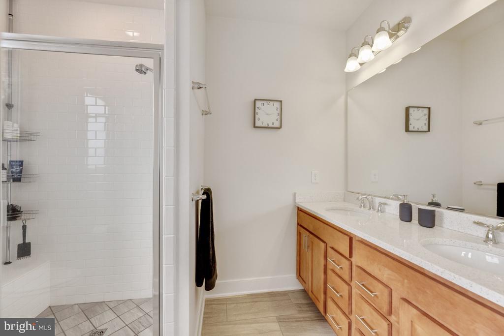 Master bath with double sinks - 420 NOTTOWAY WALK, ALEXANDRIA
