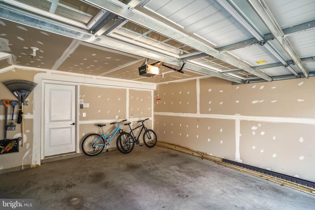 Two car garage plus driveway - 19709 VAUGHN LANDING DR, GERMANTOWN
