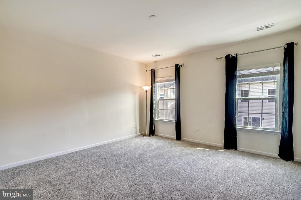 Master bedroom with brand new carpet + 9' ceilings - 19709 VAUGHN LANDING DR, GERMANTOWN