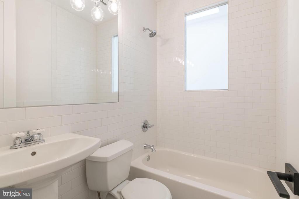 Guest bath with window looking into atrium - 46 R ST NW, WASHINGTON