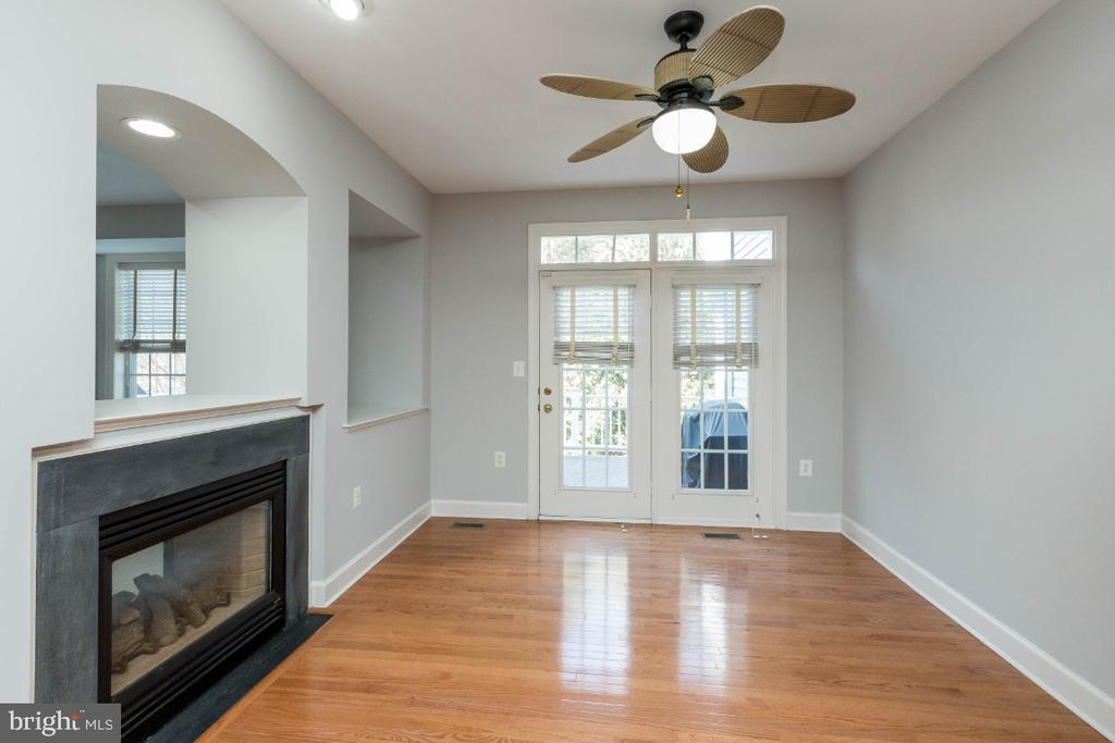 Breakfast nook with double sided gas fireplace - 43476 CASTLE HARBOUR TER, LEESBURG
