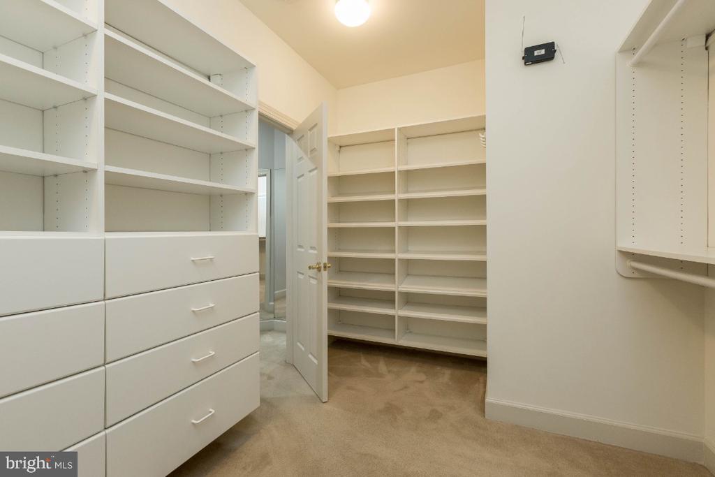 Master closet - 43476 CASTLE HARBOUR TER, LEESBURG