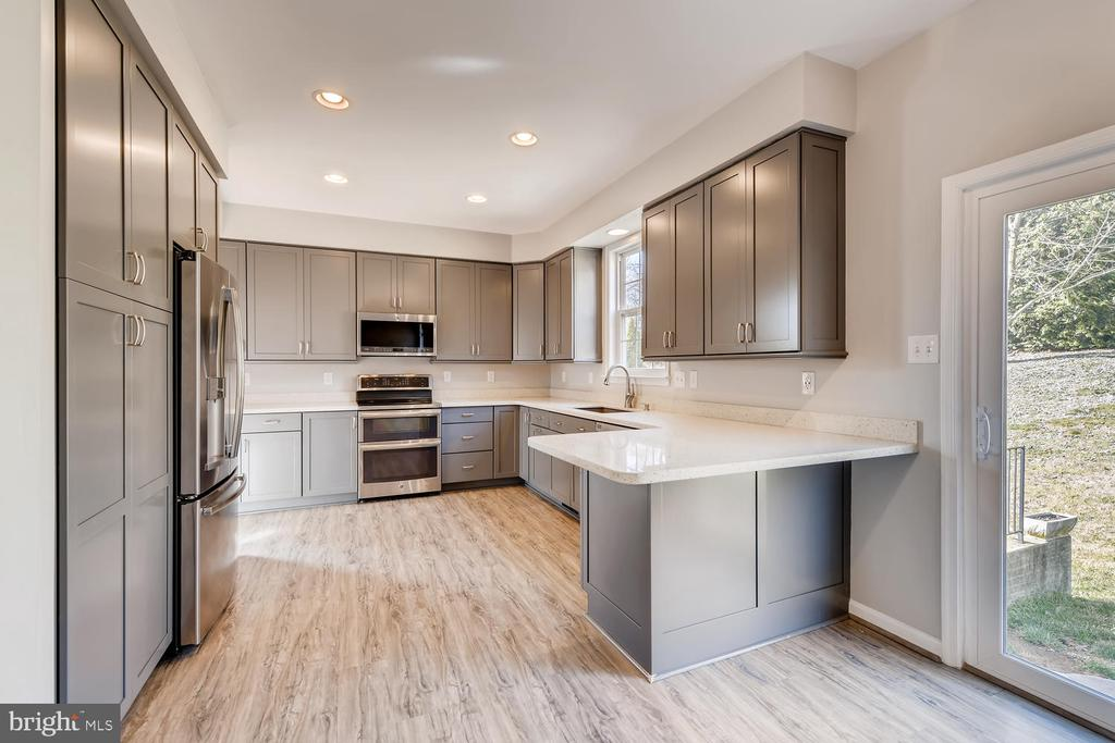 Chef's Kitchen w/ Double Oven - 1104 PARK RIDGE DR, MOUNT AIRY