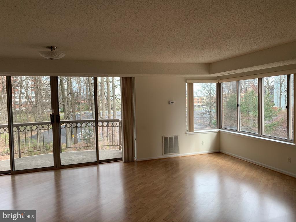 Living Room with Balcony - 5802 NICHOLSON LN #2-507, ROCKVILLE