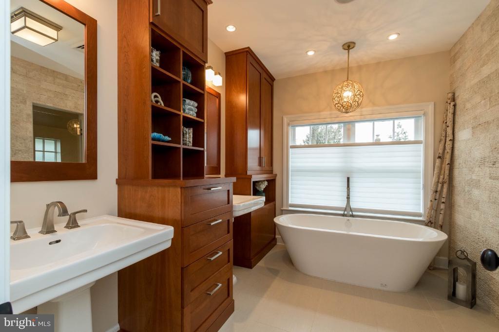 Master bath - 6308 26TH ST N, ARLINGTON