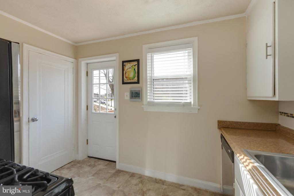 Kitchen walks out to deck - 3704 ARLINGTON BLVD, ARLINGTON