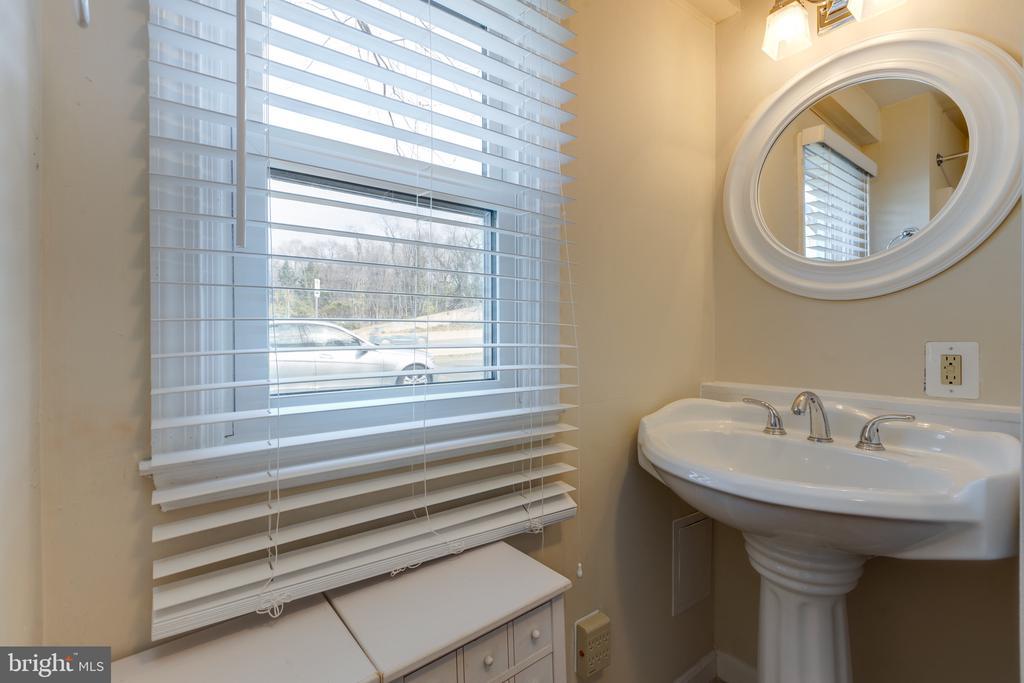 Main level full bath - 3704 ARLINGTON BLVD, ARLINGTON