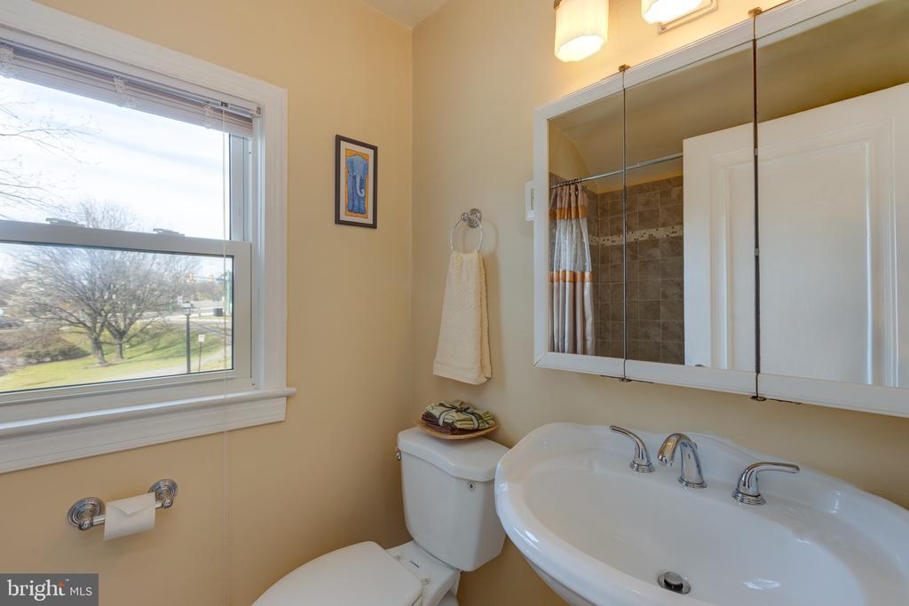 Upper level full bath  with tub - 3704 ARLINGTON BLVD, ARLINGTON
