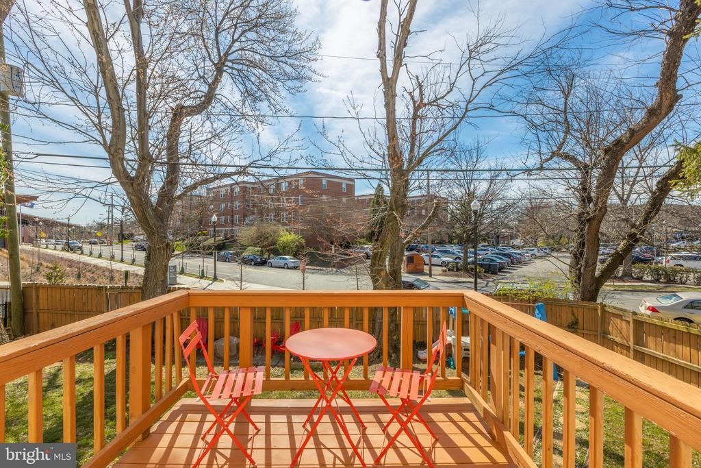 Deck overlooks fully fenced back yard - 3704 ARLINGTON BLVD, ARLINGTON