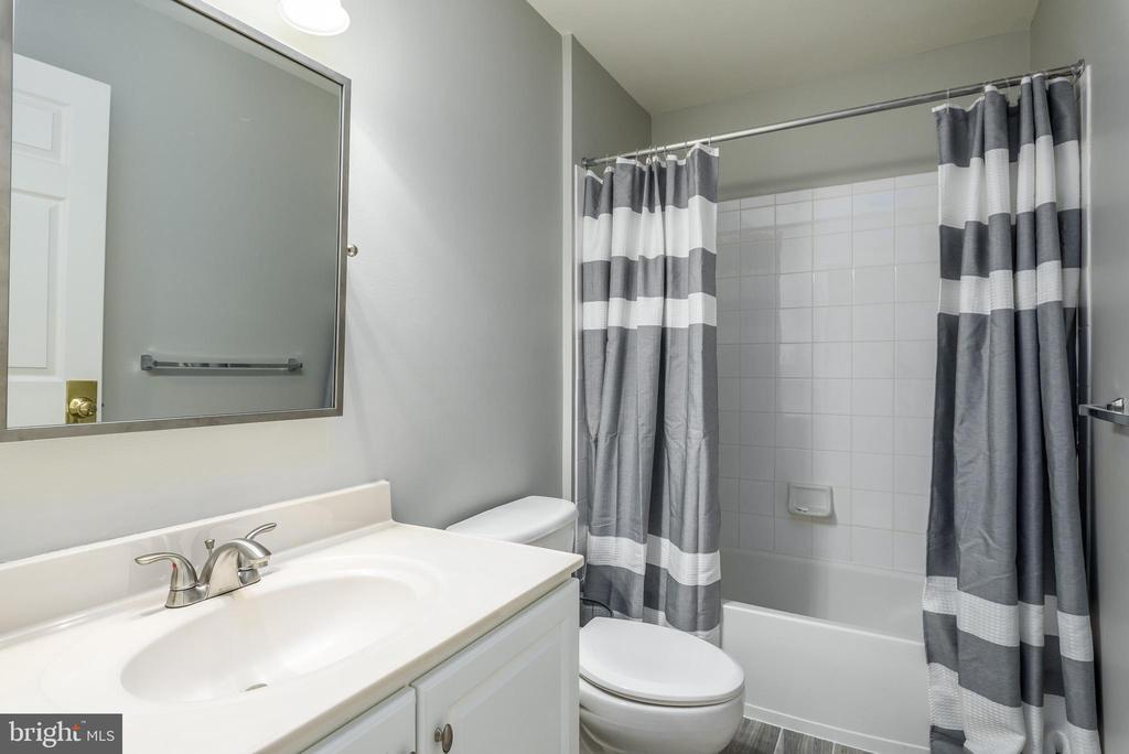 Upper Level Full Bath - 19876 BETHPAGE CT, ASHBURN