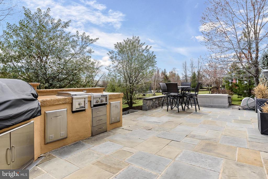 Flagstone Patio/Outdoor Kitchen - 19876 BETHPAGE CT, ASHBURN