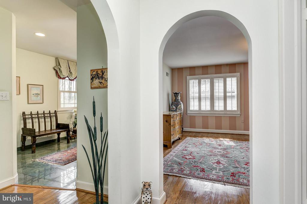 Gracious curved entryway into bedroom suite - 7608 ARROWOOD RD, BETHESDA