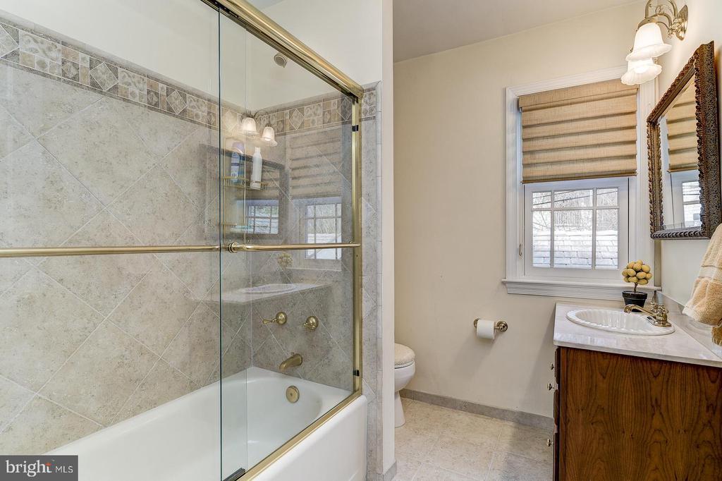Second level hall bathroom - 7608 ARROWOOD RD, BETHESDA