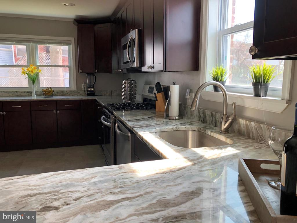 KITCHEN - CONTEMPORARY STYLE - GRANITE COUNTERTOPS - 2809 63RD AVE, CHEVERLY