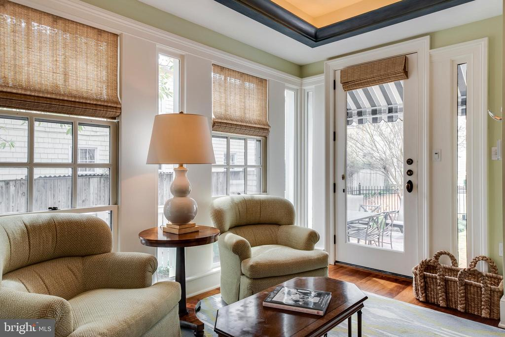 Rear door and seating area & wet bar - 211 DUKE OF GLOUCESTER ST, ANNAPOLIS