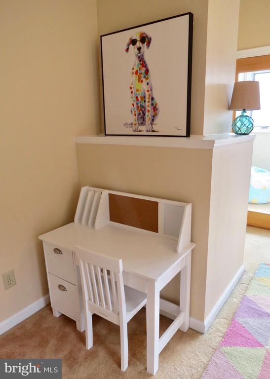 Bedroom 4 detail of desk corner - 335 FODDERSTACK RD, WASHINGTON